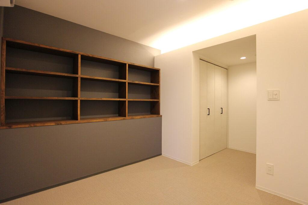寝室スペースの本棚