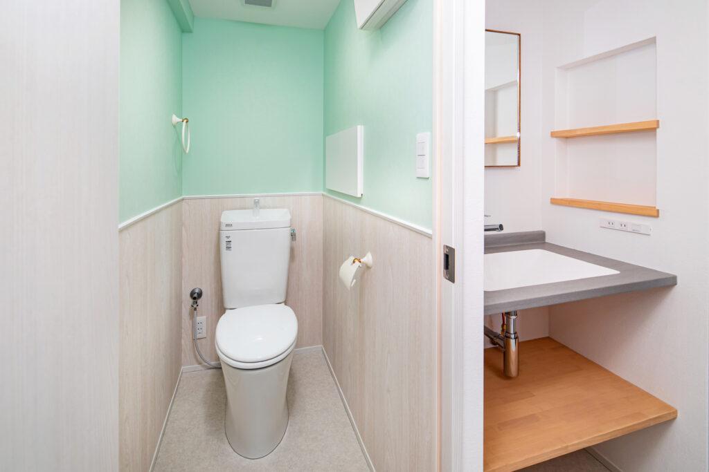 クッションフロアを使用したトイレと洗面所